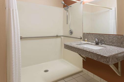 默特尔比奇温德姆戴斯酒店 - 默特尔比奇 - 浴室