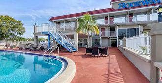克里尔沃特 - 拉哥罗德威酒店 - 克利尔沃特 - 游泳池