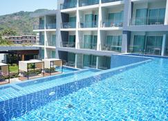 桄榔大山坡酒店 - 卡伦海滩 - 游泳池