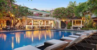 沙努尔卡米拉别墅套房 - 登巴萨 - 游泳池
