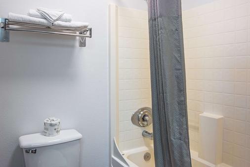 亚库伊纳湾酒店 - 新港 - 浴室