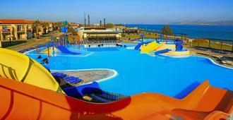 阿奇斯马林渡假村 - 科斯镇 - 游泳池