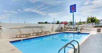 阿尔伯克基6号汽车旅馆 - 卡莱尔 - 阿尔伯克基 - 游泳池