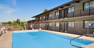 哥伦比亚汽车旅馆 - 坎卢普斯 - 游泳池
