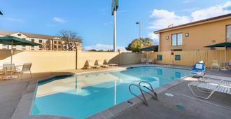 伯锡尔城拉昆塔酒店 - 伯锡尔城 - 游泳池