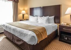 舒适套房酒店 - 劳顿 - 睡房