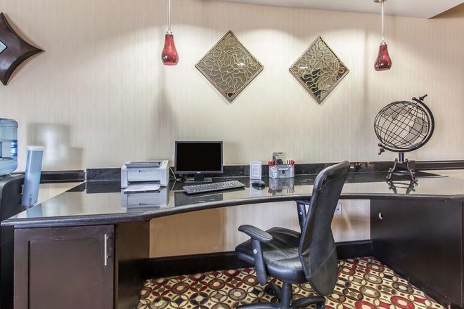 舒适套房酒店 - 劳顿 - 商务中心
