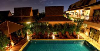珀昆通精品度假村 - 曼谷 - 游泳池