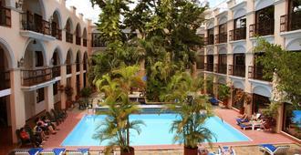 多尔巴酒店 - 梅里达 - 游泳池