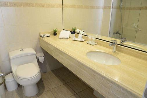 帕纳美丽嘉纳普罗维登西亚酒店 - 圣地亚哥 - 浴室