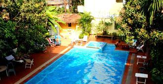 Poonam Village Resort - 安朱纳 - 游泳池