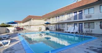 圣安吉洛六号汽车旅馆 - 圣安吉洛 - 游泳池