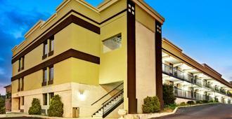 罗列市中心南速8酒店 - 罗利 - 建筑
