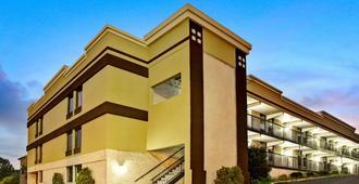 罗里市中心温德姆速 8 酒店 - 罗利 - 建筑