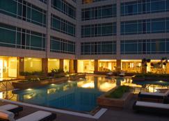 萨希巴巴德丽怡酒店及套房 - 加济阿巴德 - 游泳池