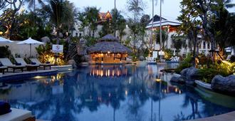 卡伦海滩地平线温泉度假酒店 - 卡伦海滩 - 游泳池