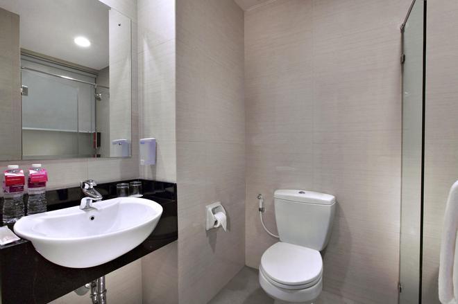 桑努尔阿里芬加达玛达菲芙酒店 - 雅加达 - 浴室