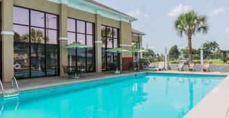 麦司威尔甘特空军基地附近凯艺套房酒店 - 蒙哥马利 - 游泳池