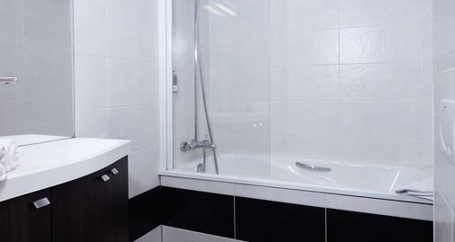 贝斯特韦斯特老港白马酒店 - 翁弗勒尔 - 浴室
