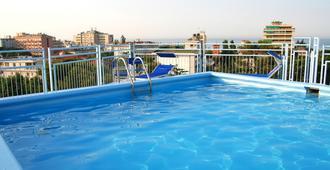 奥古斯都酒店 - 里乔内 - 游泳池