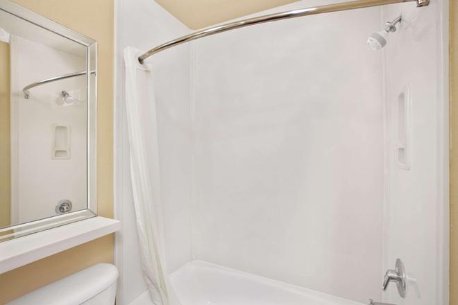 洛杉矶市区速8酒店 - 洛杉矶 - 浴室