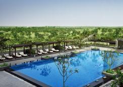 里拉安姆比尔古尔冈酒店及公寓 - 古尔冈 - 游泳池