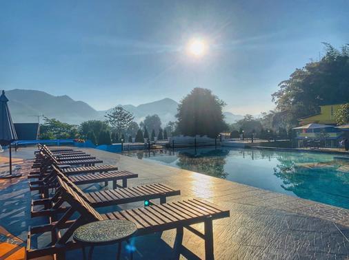 本康科德派酒店 - 拜县 - 游泳池