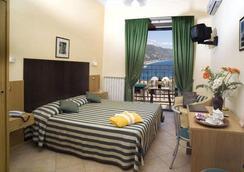 拉佩西恩那斯维赛拉酒店 - 陶尔米纳 - 睡房