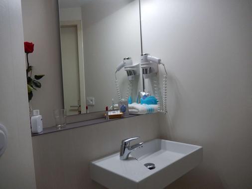 基里亚德图卢兹布拉南机场酒店 - 布拉尼亚克 - 浴室