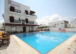 伊里欧瓦西里玛套房酒店 - 纳克索斯岛 - 游泳池