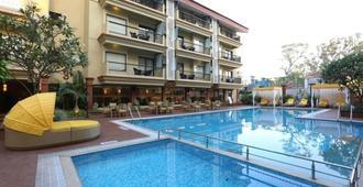 德尔丁套房酒店 - 坎多林 - 游泳池