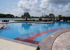 图斯潘皇冠假日酒店 - 图斯潘 - 游泳池