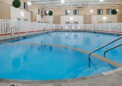 大福克斯华美达酒店 - 大福克斯 - 游泳池