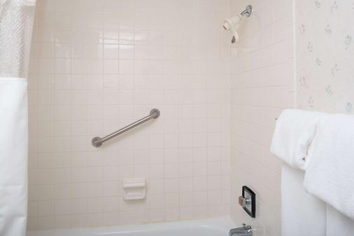 大福克斯华美达酒店 - 大福克斯 - 浴室