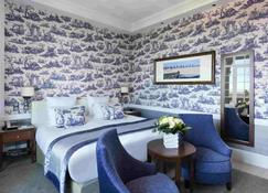 乐诺曼底巴里亚酒店 - 多维尔 - 睡房