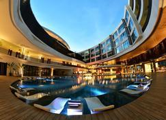Hii长滩岛度假酒店 - 长滩岛 - 游泳池