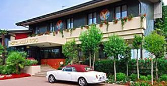 亚奎拉多罗酒店 - 代森扎诺-德尔加达 - 建筑
