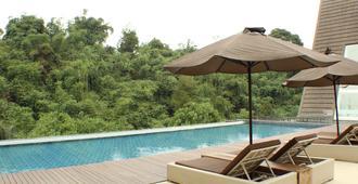 绿色森林度假村 - 万隆 - 游泳池