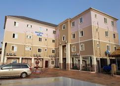 贝克弗洛酒店和套房 Ent - 阿萨巴 - 建筑