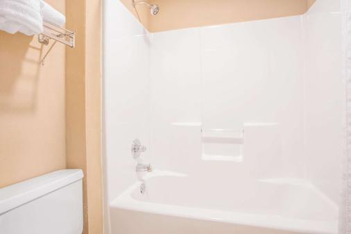 科尼尔斯温德姆豪顿套房酒店 - 科尼尔斯 - 浴室