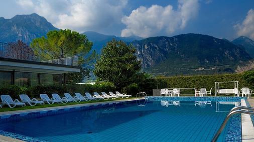 坎帕尼奥拉酒店 - 里瓦 - 游泳池