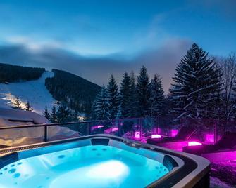 哈拉霍夫皮特劳恩康体酒店 - 哈拉霍夫 - 游泳池