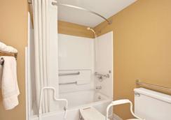 珍珠-杰克逊东速8酒店 - 珍珠城 - 浴室