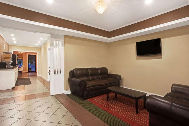 珍珠-杰克逊东速8酒店 - 珍珠城 - 客厅