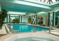 维多利亚庄园套房酒店 - 维多利亚 - 游泳池