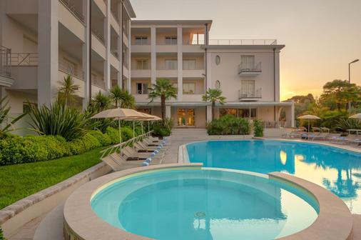 马泰拉酒店 - 代森扎诺-德尔加达 - 游泳池