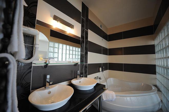 波城中心贝斯特韦斯特酒店 - 波城 - 浴室