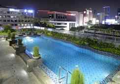 泗水皇冠太子酒店 - 泗水 - 游泳池
