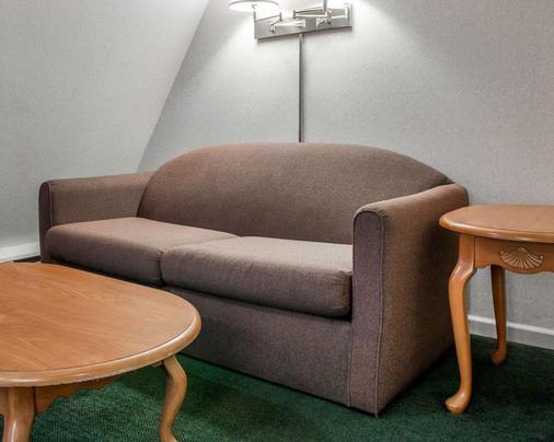 麦基诺城品质酒店及套房 - 麦基诺城 - 客厅