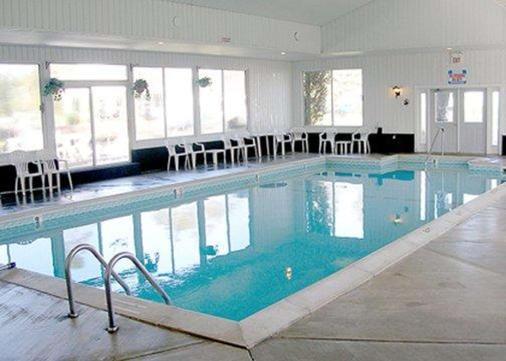 麦基诺城品质酒店及套房 - 麦基诺城 - 游泳池